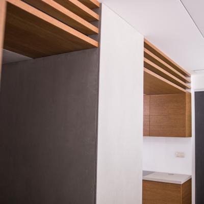 Realizácia dreveného interiériu obývacej izby kombinovanej s kuchyňou a predsieňou.