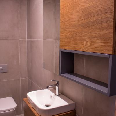 Realizácia dreveného interiériu kúpeľne.