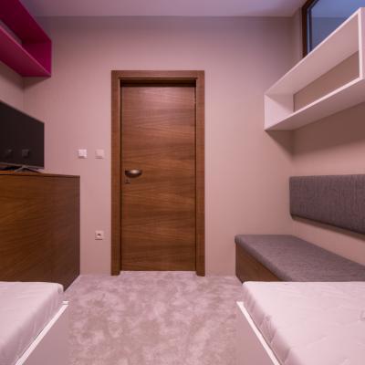 Realizácia dreveného interiériu hosťovskej izby.
